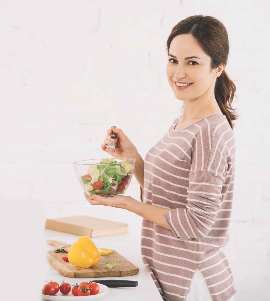 Zena so zdravým jedlom. Jedlo ako liek